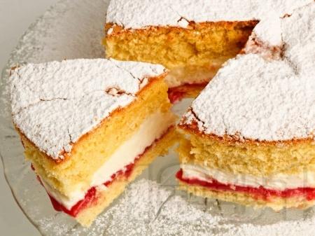 Дунапренов кекс Виктория със сметана и сладко от ягоди по средата - снимка на рецептата